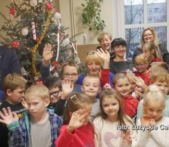 Dzieci wraz z burmistrzem przystroiły choinkę w Urzędzie Miasta Lubań