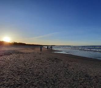 Zachodzące słońce na plaży w Świnoujściu. Tak plaża wygląda w marcu [ZDJĘCIA] [WIDEO]