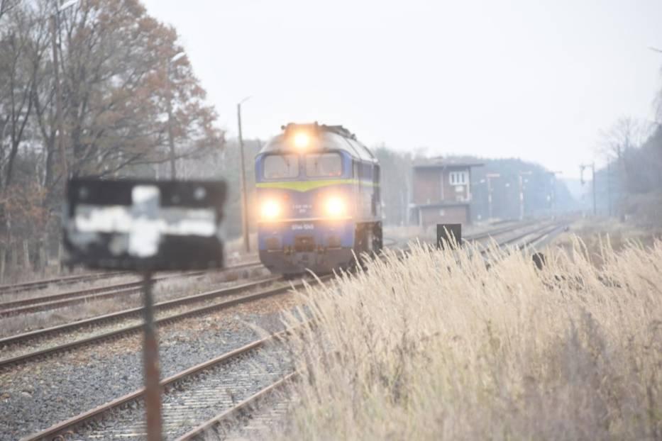 Najmniejsze pensje na kolei mają pracownicy, którzy odpowiadają za obsługę strzeżonych przejść kolejowych