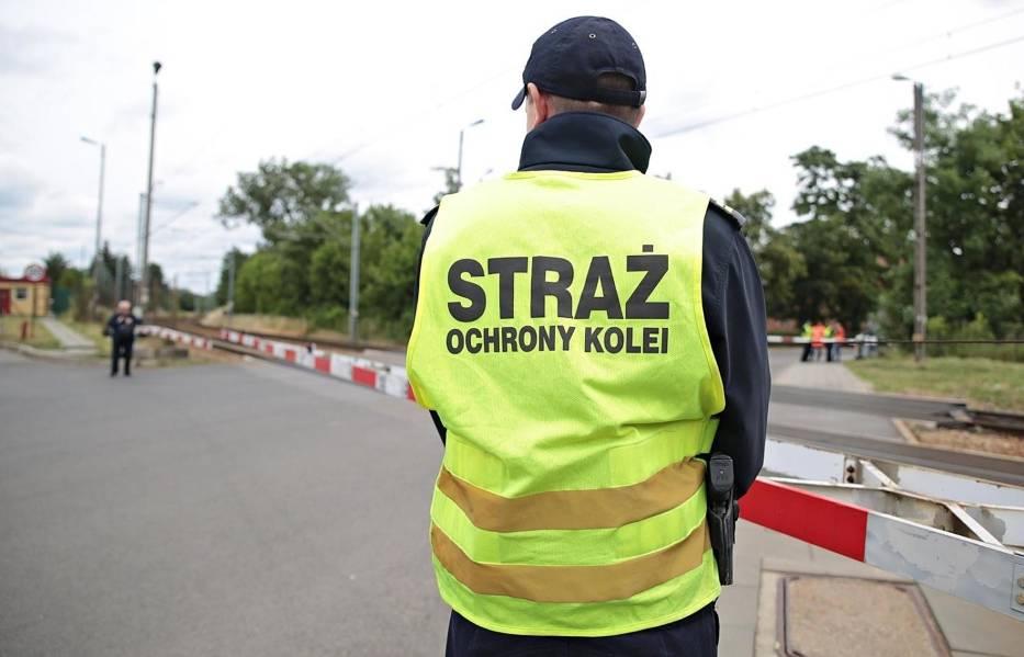 Straż Ochrony Kolei to umundurowana i uzbrojona jednostka, której zadaniem są wszelkie działania związane z ochroną życia i zdrowia ludzi oraz mienia na obszarze kolejowym oraz kontrola przestrzegania przepisów