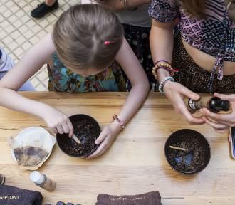 Genialny pomysł. Z fusów po kawie z warszawskich kawiarni powstają odżywcze kosmetyki naturalne