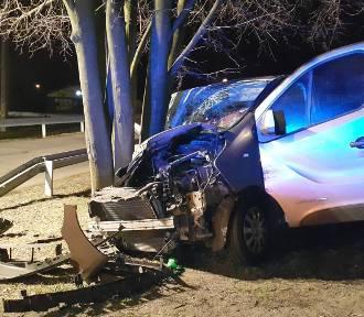 Bus wyleciał z drogi w Jastrzębiu-Zdroju i uderzył w drzewo. Trzy pasażerki zostały poważnie ranne