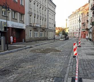 Ulica Zamkowa w Kaliszu częściowo opustoszała. Budują tutaj woonerf. ZDJĘCIA