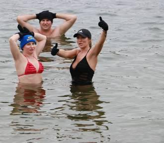 Miłośnicy kąpieli w zimniej wodzie rozpoczęli sezon