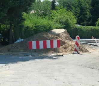 Ulice Kacza i Prosta w Zduńskiej Woli doczekają się asfaltu. Ruszyły prace ZDJĘCIA