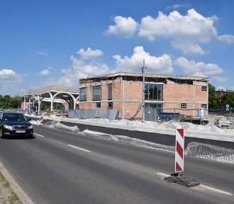 """Ulica Goeppert-Mayer od dziś jest przejezdna tylko w jednym kierunku. To przez budowę CP """"Sądowa"""""""