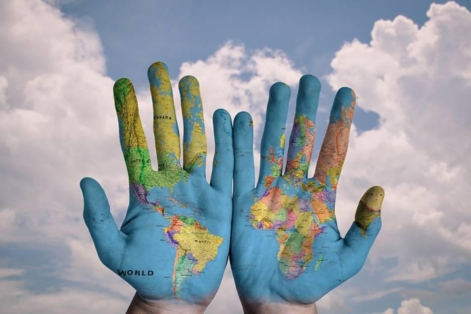 Znaczenie gestów nie jest uniwersalne na całym świecie i niechcący możemy obrazić naszego rozmówcę, a nawet narazić się na aresztowanie! Z jakimi gestami lepiej uważać zagranicą? Zobacz, zanim się wygłupisz!