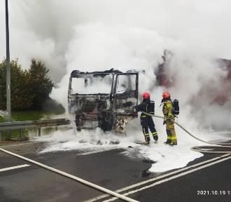 Elbląscy strażacy ugasili płonącą ciężarówkę