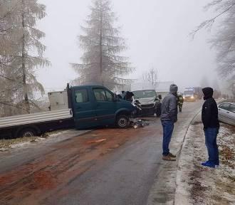 Trzy pojazdy spotkały sie na wąskiej drodze, dwa są rozbite [ZDJĘCIA]