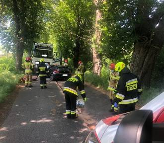 Gmina Lwówek. Sportowy VW zderzył się z ciężarówką [ZDJĘCIA]