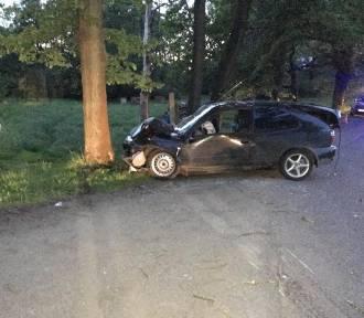 Kierowca zjechał z drogi i uderzył w drzewo. Trzy osoby zostały ranne [ZDJĘCIA/WIDEO]