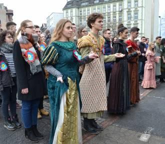 Setki maturzystów tańczyły poloneza [ZDJĘCIA]