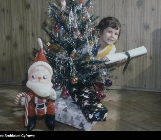 Paczki na święta. Zobacz, jakie prezenty na Gwiazdkę dostawały dzieci w PRL-u