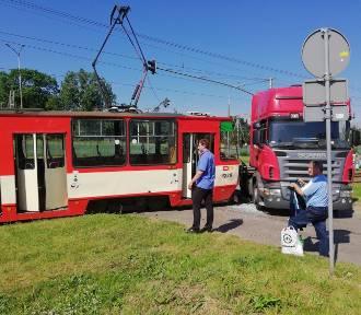 Zderzenie ciężarówki z tramwajem na ul. Jana z Kolna w Gdańsku. Poszkodowane dwie pasażerki tramwaju