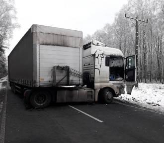 Śmiertelny wypadek na DW 908. Osobówka zderzyła się z ciężarówką FOTO