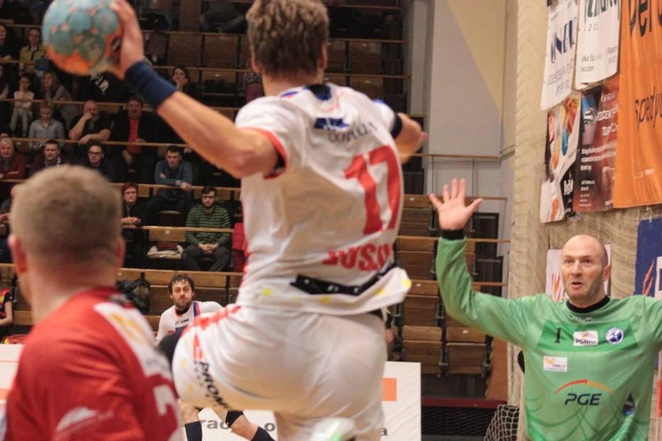 Aleksander Buszkow (z piłką) najskuteczniejszy w ekipie zabrzan, osiem rzuconych bramek
