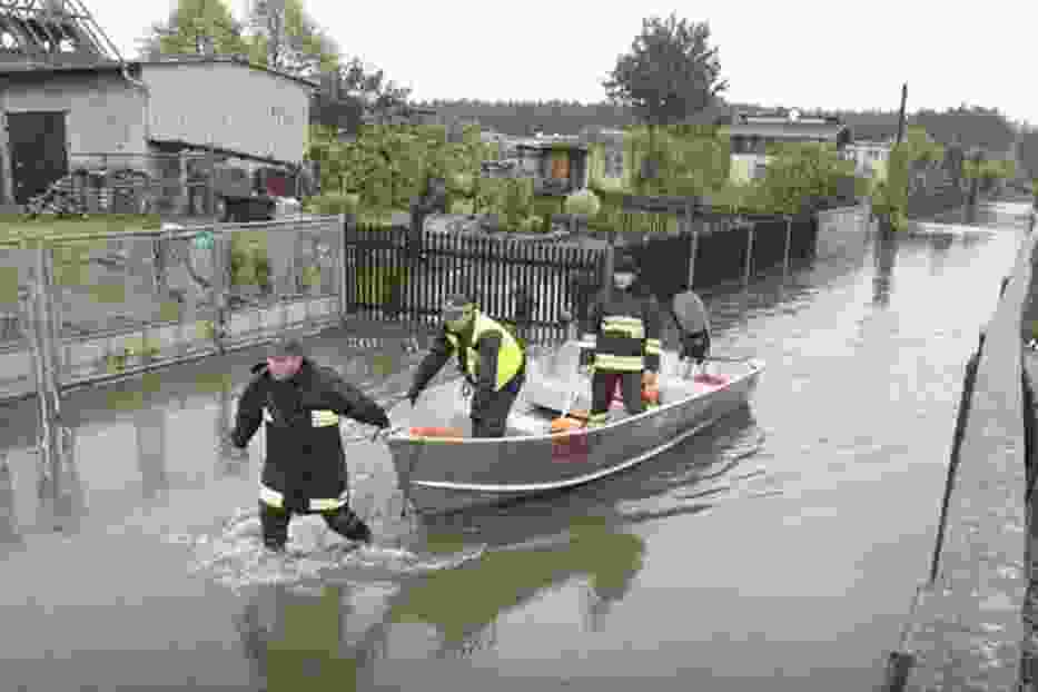 Ponad pół metra wody w domach położonych przy ulicy Patriotów,  strażacy dowożący ludziom chleb łódkami