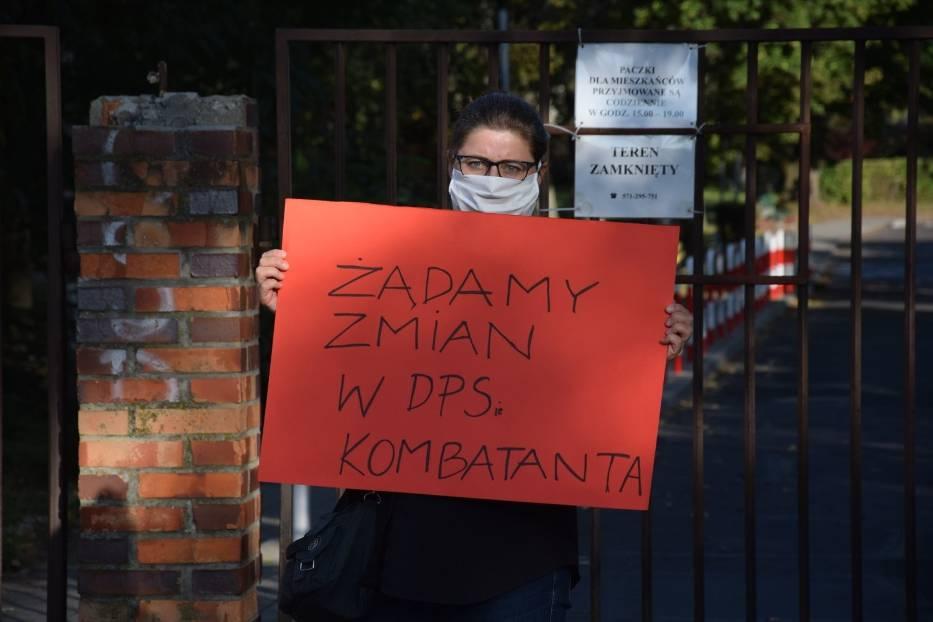 Pikieta przed Domem Pomocy Społecznej dla Kombatantów w Zielonej Górze