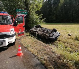 Wypadek w Wielkiej Wsi. Auto dachowało przez konar na jezdni ZDJĘCIA
