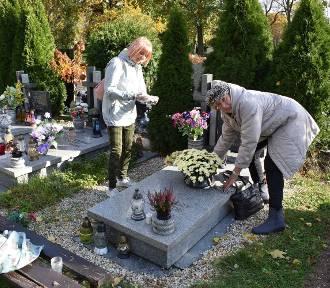 Przygotowania do Święta Zmarłych na legnickim cmentarzu