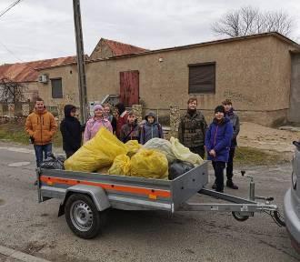 Posprzątali Jaroszów. Mieszakańcy zebrali 50 worków śmieci!
