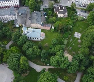 Kto i kiedy sprząta park miejski w Kaliszu? Co z myciem ławek?