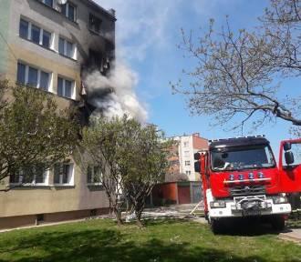 Groźny pożar bloku w Polkowicach. Ogień uszkodził dwa mieszkania