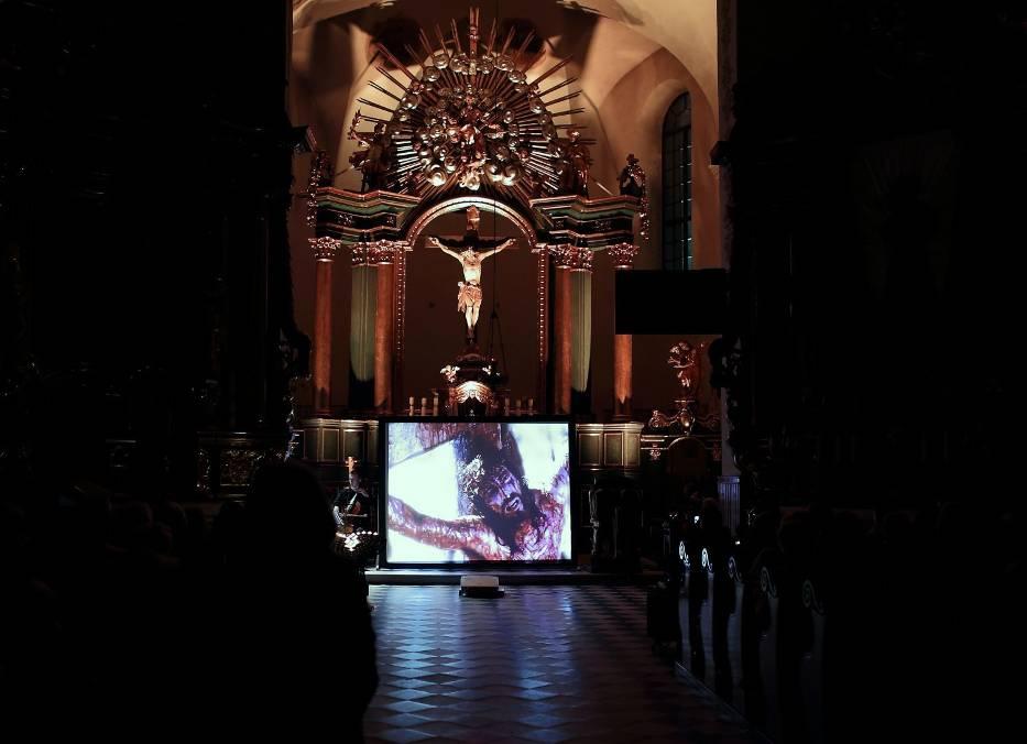 """Koncert pasyjny """"14 katedr"""" w reżyserii Jerzego Zelnika w kościele oo. Bernardynów w Piotrkowie"""