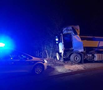 W Dankowicach ciężarówka z ładunkiem uderzyła w drzewo