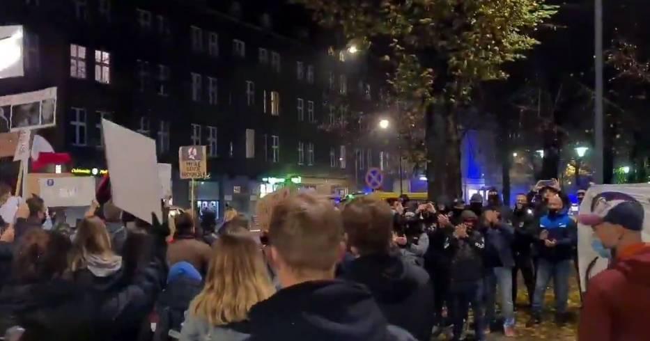 Podczas protestu w Gliwicach 31 października kibice oklaskiwali kobiety Przesuwaj zdjęcia w prawo - naciśnij strzałkę lub przycisk NASTĘPNE