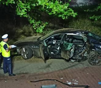 Wypadek w Kaliszu. Maserati rozbiło się na Szlaku Bursztynowym. ZDJĘCIA