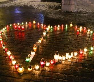 Na krakowskim Rynku zapłonęło serce dla Pawła Adamowicza