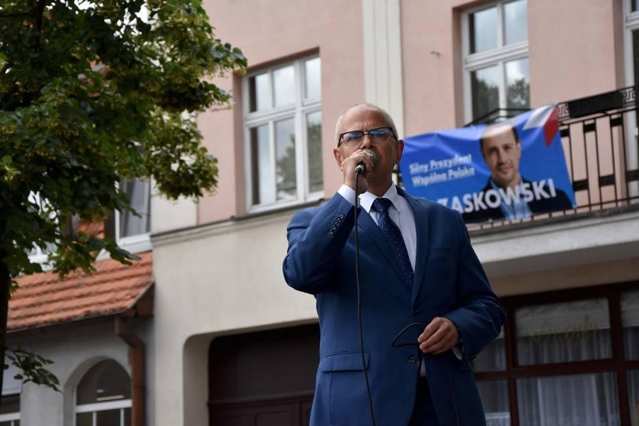Jacek Gursz na chodzieskim rynku podczas wizyty premiera