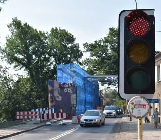 Remont mostu i czerwone światło, do którego nie stosują się kierowcy