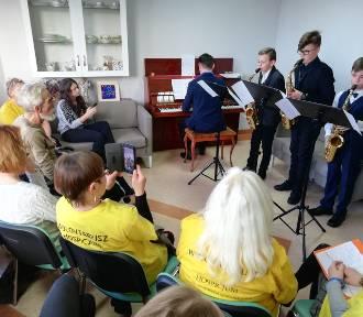 Uczniowie szkoły muzycznej zagrali dla podoopiecznych hospicjum
