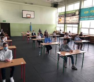 Egzamin ósmoklasistów w Jastrzębiu-Zdroju. 755 uczniów zdaje polski, matematykę i języki obce