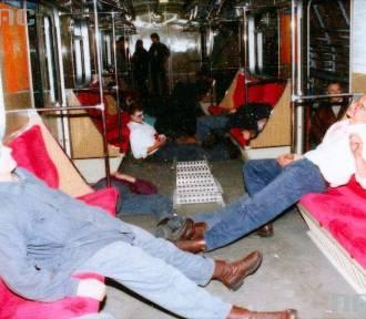 Ewakuacja w metrze. Nieprzytomni ludzie i strażacy. Tak kiedyś wyglądały ćwiczenia służb [ZDJĘCIA]