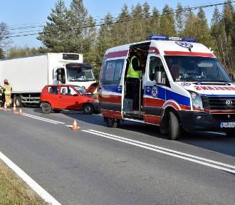 Wypadek w Ropicy Górnej. Ranny kierowca seicento [ZDJĘCIA]