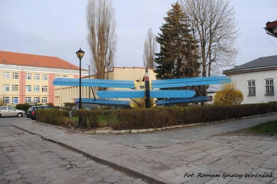 Samolot An-2 przed budynkiem szkoły