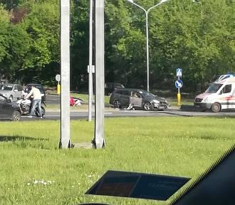 Motocyklista zderzył się z samochodem na ul. Wilczej w Szczecinie. Tworzą się korki
