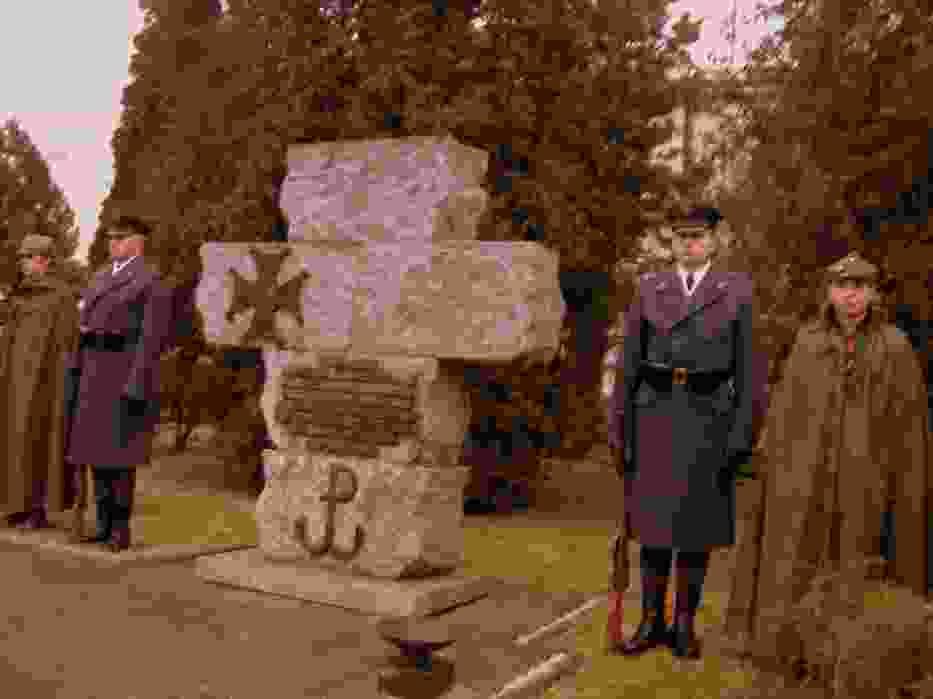 Warta Honorowa pod pomnikiem