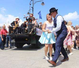 Swingowy spacer, czyli taneczna niedziela na ulicy Piotrkowskiej