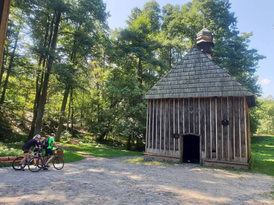 Odwiedzający Las Łagiewnicki nie mogą zaczerpnąć wody ze studzienki w kapliczce św