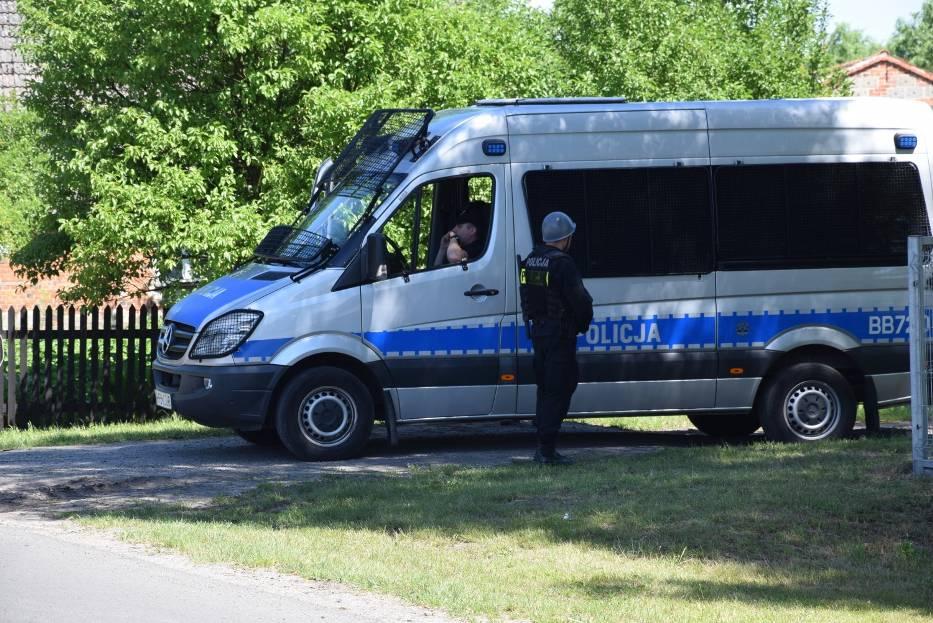 Każdy funkcjonariusz zaopatrzony został w kamizelkę kuloodporną i broń