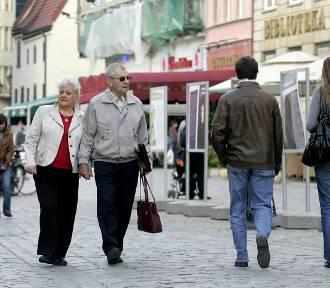 Czternasta emerytura będzie wypłacana szybciej. Zobacz, kiedy dostaniesz pieniądze