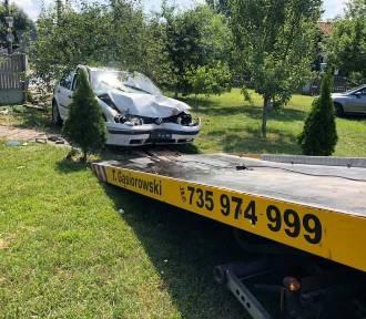 Wypadek w Borku pod Kaliszem. Po zderzeniu jedno z aut wjechało do ogrodu. ZDJĘCIA