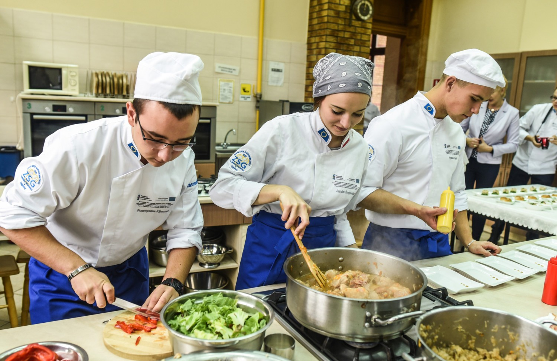 Wczoraj w Zespole Szkół Gastronomicznych było i uroczyście, i smacznie