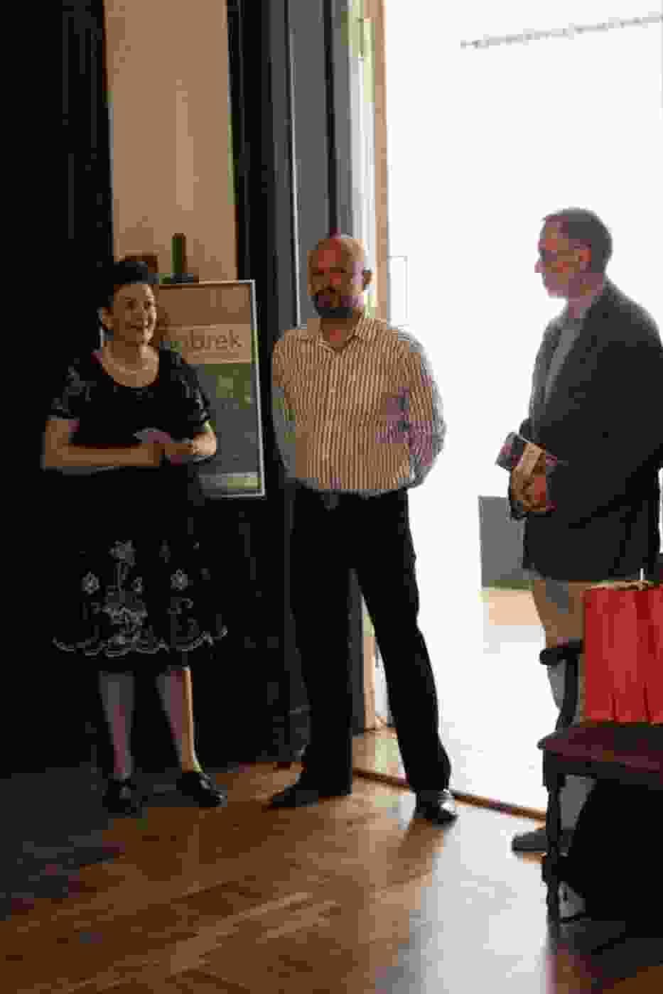 Martin Langer (w środku) wraz z komisarzem wystawy Izabellą Wójcik-Kuehnel i dyrektorem Muzeum Górnośląskiego, dr