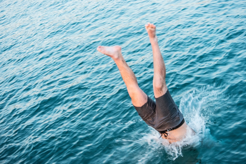 Skakanie na główkęSkok na główkę do jakiegokolwiek akwenu, który nie jest przeznaczonym do tego basenem, zawsze wiąże się z ryzykiem