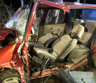 Wypadek pod Brodnicą. Czterech nastolatków rozbiło się o drzewo